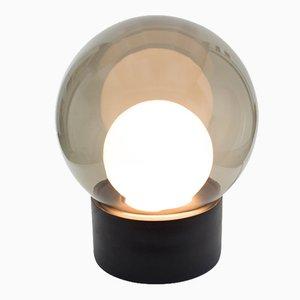 Lampada da terra Medium Boule in vetro opalino bianco e grigio fumo con base nera di Sebastian Herkner per Pulpo & Rosenthal