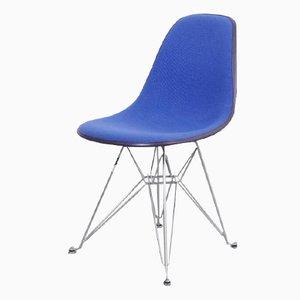 Silla de fibra de vidrio negra con tapizado azul de de Charles & Ray Eames para Herman Miller, años 70