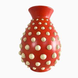 Vaso rosso scarlatto in terracotta con pois in rilievo color avorio, anni '40