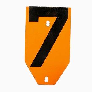 Señal vintage de metal con el número 7, años 50