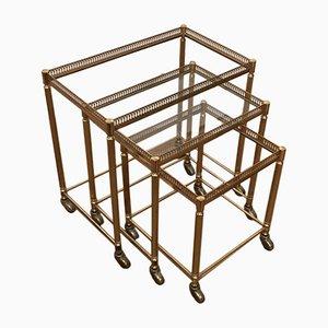 Mesas nido doradas con ruedas, años 50. Juego de 3