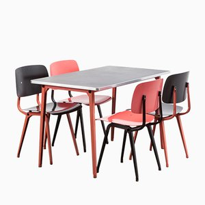 Sedie Revolt e tavolo da pranzo Reform di Friso Kramer per Ahrend de Cirkel, 1954