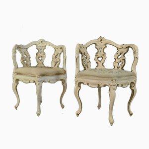 Sillas esquineras de estilo Rococó antiguas ornamentadas en blanco y dorado. Juego de 2