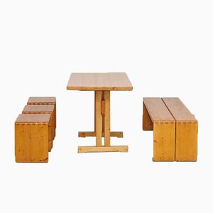 Mesa, taburetes y banco de Charlotte Perriand para Les Arcs