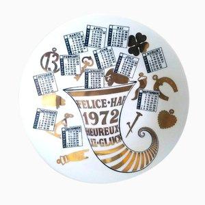 Plato de porcelana con calendario del año 1972 de Piero Fornasetti
