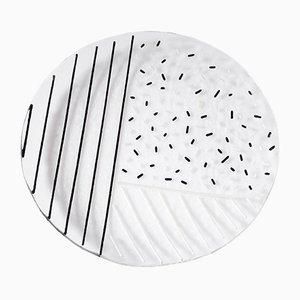 Bullseye Glasteller von Hilla Shamia mit schwarzen Streifen und Punktmuster