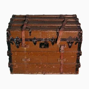 Baúl de viaje antiguo con ruedas