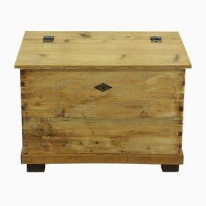 Baúl antiguo pequeño de madera