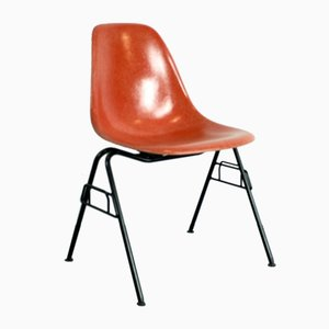 Sedia DSS color arancia rossa di Charles & Ray Eames per Herman Miller