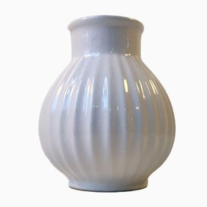 Weiße Geriffelte Mid-Century Vase von Knabstrup, 1950er