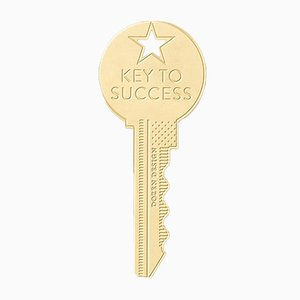 Amuleto KEY TO SUCCESS de latón de Dozen Design