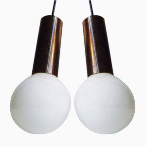 Lámparas colgantes Mid-Century de latón con una esfera de Frimann, años 60. Juego de 2