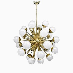 Lámpara de araña Sputnik de latón con globos de cristal de Murano iridiscente de Glustin Luminaires