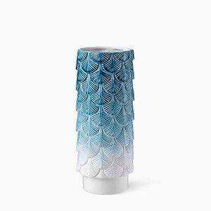 Jarrón Plumage en blanco y azul desvanecido decorado a mano de Cristina Celestino para BottegaNove