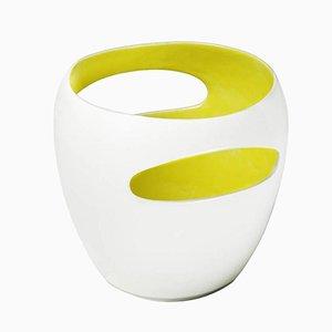 Jarrón Schwyz de porcelana con interior esmaltado en amarillo brillante de Philippe Cramer, 2001