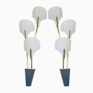 Lámparas de pared italianas grandes de latón y plexiglás blanco, años 50. Juego de 2