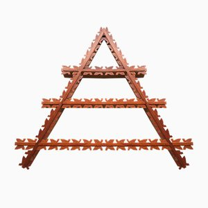Estantería danesa Mid-Century triangular de teca con detalles de hojas