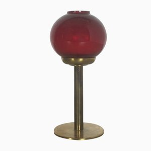 Candelero de vidrio rojo y latón de Hans-Agne Jakobsson, años 50