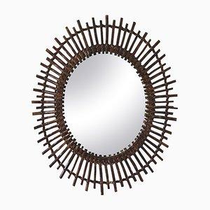 Espejo español Mid-Century moderno oval de ratán con forma de rayos de sol, años 60