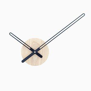 Reloj de barrido continuo de pared de fresno y metal negro de Christopher Konings para Nordahl Konings, 2017