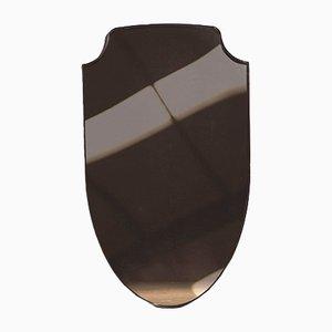 Espejo con forma de escudo y vidrio en bronce de Richy Almond para NOVOCASTRIAN