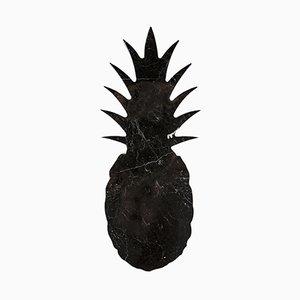 Tabla de cortar o bandeja en forma de piña de mármol negro grande de Carlotta Turini para FiammettaV Home Collection