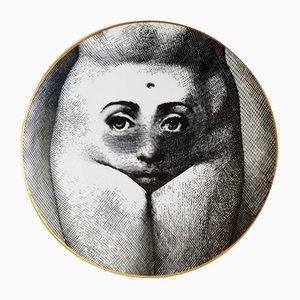 Piatto Temi E Variazioni mr. 19 in porcellana di Fornasetti per Rosenthal, anni '80