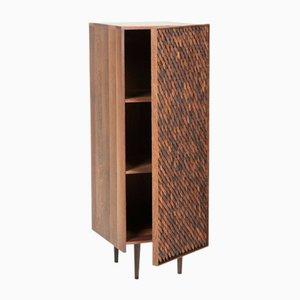 Mueble de almacenamiento con una puerta Embi de altura media de Mabeo Studio