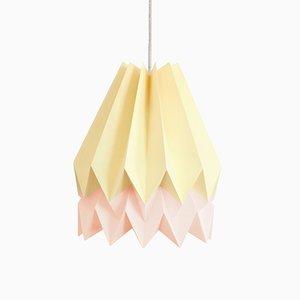 Hellgelbe Origami Lampe mit rosa Streifen von Orikomi