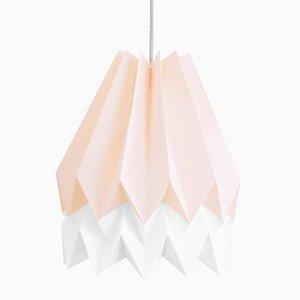 Lámpara PLUS en rosa pastel de origami con franjas en blanco polar de Orikomi