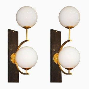 Italienische Mid-Century Wandlampen aus Messing und weißem Glas, 2er Set