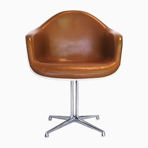 Sedia in fibra di vetro e pelle di Charles & Ray Eames per Herman Miller