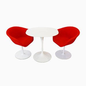 Mesa auxiliar de Eero Saarinen para Knoll, 2 sillas de Arper y alfombra, años 80