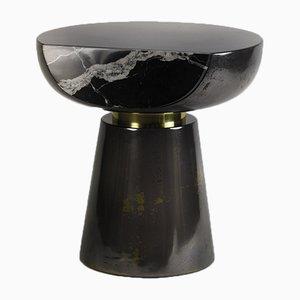 Mesa auxiliar Ya Yo de metal líquido y mármol de Privatiselectionem