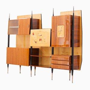 Librería de pared italiana Mid-Century moderna de madera y latón con mueble bar, años 50