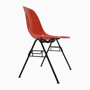 Sedia impilabile DSS in fibra di vetro arancione di Charles & Ray Eames per Herman Miller, anni '60