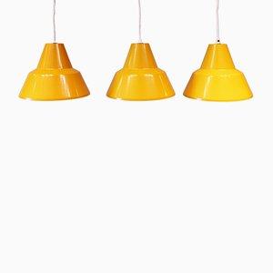 Lámparas colgantes de taller en amarillo de Louis Poulsen, años 60. Juego de 3