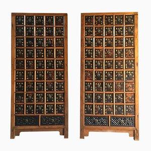 Mobiletti da farmacia antichi in olmo, 1871, set di 2