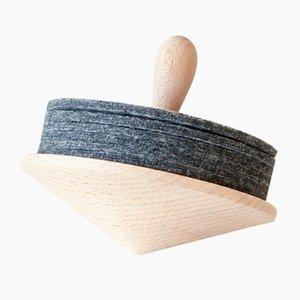 Peonza Brillo de madera con posavasos de fieltro gris de Artful casacontemporanea