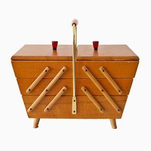 Caja de la costura de madera de tres pisos con utensilios, años 50