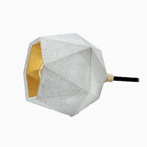 Lámpara de pie [T2] triangular de hormigón oscuro y dorado de Stefan Gant para GANTlights