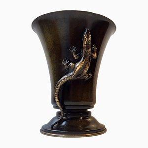 Jarrón danés Art Déco de bronce decorado con una lagartija, años 30