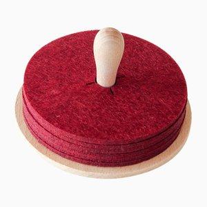 Dessous de Verre Brillo en Feutrine Rouge sur Toupie en Bois par Artful Casacontemporanea