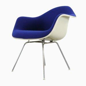 Poltrona blu con base bassa di Charles & Ray Eames per Vitra, anni '70