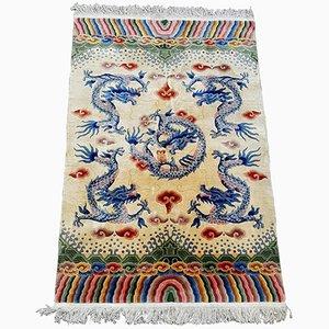 Alfombra china antigua con 5 dragones