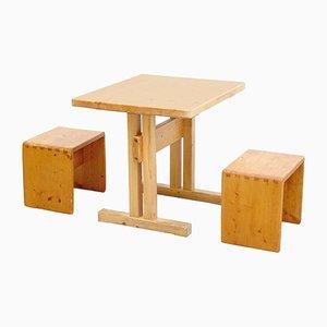 Französischer Tisch mit zwei Hockern von Charlotte Perriand, 1960er
