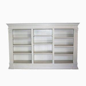Weißes antikes Bücherregal
