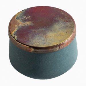 Handgefertigtes Gefäß aus Porzellan mit Kupferdeckel von Anna Diekmann