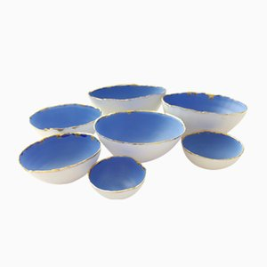 Cuencos apilables de gres fino Bone China en blanco y azul con acabado dorado de Manos Kalamenios para Madebymanos. Juego de 7