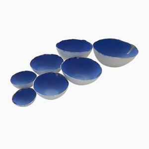 Cuencos apilables de gres fino Bone China en blanco y azul con acabado plateado de Manos Kalamenios para madebymanos. Juego de 7